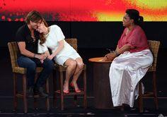 Pin for Later: Nicole et Keith font voyager leur romance australienne dans le monde entier !  Nicole a ri sur l'épaule de Keith pendant une interview avec Oprah à Sydney en décembre 2010.
