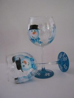 Found this in painting projects.Heather could paint… Wine Glass Crafts, Wine Craft, Wine Bottle Crafts, Decorated Wine Glasses, Hand Painted Wine Glasses, Snowman Crafts, Xmas Crafts, Christmas Wine Glasses, Wine Bottle Glasses