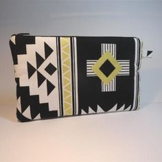 Trousse pochette plate tissu à motifs géométriques style aztèque noir, blanc et doré                                                                                                                                                                                 Plus