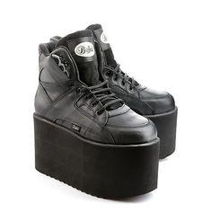 ... der Buffalo Klassiker ist zurück. Lässiger Sneaker aus schwarzem Nubukleder mit ca. 10 cm Plateau, Schnürung und einer gepolsterten Innensohle.