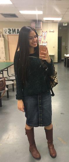 Outfit con falda para invierno. Combinar falda con botas. Pollera de jean con botones