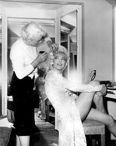 """Marilyn Monroe getting hair touch up for """"There's No Business Like Show Business"""" much better blonde again borne blonde intelligently in the salon! Vintage Hollywood, Hollywood Glamour, Classic Hollywood, Hollywood Star, Vintage Glam, Veronica Lake, Howard Hughes, Gentlemen Prefer Blondes, Marilyn Monroe Photos"""