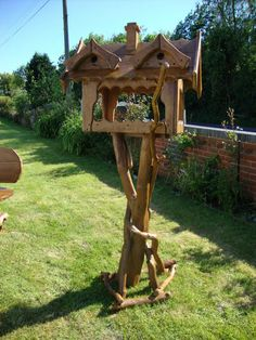 Wooden Bird Table/Bird House/Feeding Table on Stand Bird House Feeder, Bird Feeders, Diy Wood Projects, Garden Projects, Bird Feeding Table, Bird Tables, Wooden Bird Houses, Bird House Plans, Bird Stand