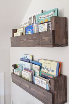 See how Caitlin from The Picket Fence Projects whipped up these rustic bookshelves wood projects projects diy projects for beginners projects ideas projects plans Rustic Bookshelf, Bookshelf Ideas, Cheap Bookshelves, Pallet Bookshelves, Bookshelf Design, Wall Shelves, Bookshelves For Kids Room, Simple Bookshelf, Nursery Bookshelf