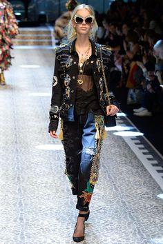 Dolce & Gabbana Fall 2017 Ready-to-Wear Collection Photos - Vogue Fashion 2017, Runway Fashion, Fashion Brands, High Fashion, Fashion Show, Fashion Outfits, Womens Fashion, Milan Fashion, Fasion