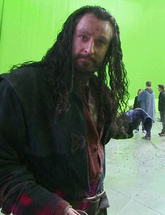 Richard Armitage (Thorin) showin everyone the set in TDoS when they were hiding behind the columns to shield themselves from Smaug's fire XD