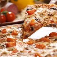 Make your own delicious Italian style pizza with these easy Pizza Recipes. Make your own dough and add fresh toppings, voila! Caffe Bar, Pizza Salami, Pizza Cheese, Mouth Watering Food, Love Pizza, Foods To Avoid, Sorrento, Everyday Food, Pizza Recipes
