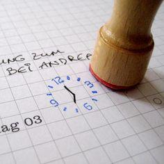 Eine Stempeluhr z.B. zum Verschönern deines Kalenders.  Das Ziffernblatt wird gestempelt, die Zeiger werden selbst eingezeichnet.  Mit diesem Stempel sieht man auf einem Blick, wann der nächste...