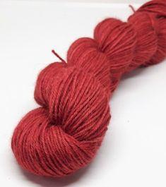 """Som at nusse en sky! Babyalpaca er en meget blød fiber  med en dyb glans og et smukt fald. Skynd dig, forær dig selv et stykke af himlen! Plantefarvet Babyalpaca, 4 -trådet """"Julerød"""". Håndfarvet uldgarn i en ren rød. Da garnet er håndfarvet er hvert enkelt fed  lidt anderledes end de andre.  Materiale: 100% Babyalpaca. Garnet er det perfekte valg til lækre sweatre, sjaler og mange andre projekter."""