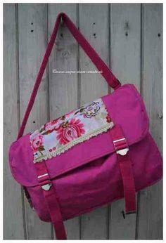 witzige Canvas Umhänge Tasche   in pink    vorne auf der Klappe ein wundeschöner floraler  Baumwollstoff mit Borten   ebenso eine Seitentasche...