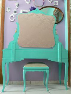 Ateliando - Customização de móveis antigos: Penteadeira Tiffany Rafa Brite  Usamos seda nude brocada pra vestir o verso da nossa penteadeira.