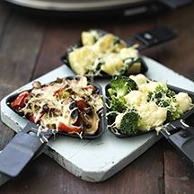 Enjoy a tasty and delicious meal in Learn how to make Raclette and get the Smartpoints of the recipes. Raclette Vegan, Fondue Raclette, Raclette Party, Fondue Party, Raclette Ideas, Raclette Originale, Grilling Recipes, Cooking Recipes, Healthy Recipes For Weight Loss