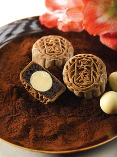 chocolate mooncakes.... I wish I was good enough to make this so I could finally try one :/