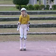 Ámbar smith patinando genial Ambre Smith, Chloe, Son Luna, White Jeans, Tights, Cute Outfits, Disney Channel, Pants, Clothes