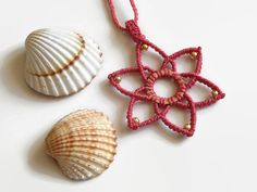 Pink macrame flower necklace with brass elements by Kreativprodukte auf Etsy