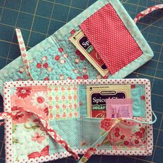 Last Minute Gift Tutorial: Patchwork Tea Mat with Inside Pocket – Kitchens WOW – Kitchen Ideas For 2019 Small Sewing Projects, Sewing Projects For Beginners, Sewing Hacks, Sewing Tutorials, Sewing Crafts, Sewing Patterns, Skirt Patterns, Dress Tutorials, Coat Patterns