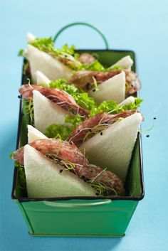 Triangle sandwiches in a basket Gourmet Sandwiches, Delicious Sandwiches, Tea Sandwiches, Italian Sandwiches, Toast Sandwich, Food Decoration, Food Presentation, Food Design, Food Plating