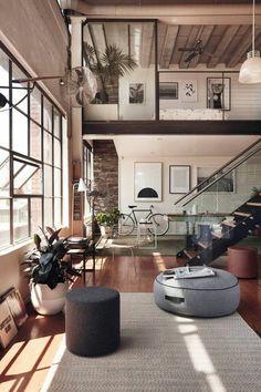 astus deco, tapis beige grande fenetre dans le salon, escalier d interieur dans l'appartement