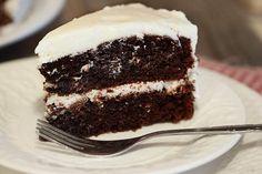 """Moje babička byla neskutečná pekařka. Jako dítě si pamatuji na mnoho koláčů, ovšem až teď, když zemřela, dostali jsme se s mámou při vyklízení jejích věcí k sešitu, kde si psala recepty na sladkosti. A našli jsme hotový poklad, protože nejlepší """"nedělní"""" zákusek, jaký si od babičky pamatuji, byl vláčný čokoládový dort. Rozhodla jsem se, …"""
