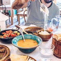 This post is about where to eat in Istanbul, have an amazing coffee and Turkish breakfast, eat the best kebab, local desserts, and get a view of Bosphorus Prague Restaurants, Vegan Restaurants, Turkish Sweets, Turkish Tea, Prague Food, Turkish Breakfast, Vegan Cafe, Restaurant Guide, Kinds Of Salad