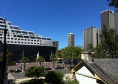 Cunard: Queen Mary 2 cruise liner - Sydney, Australia 2013. (picture taken from The Rocks by: Eastside Travel)