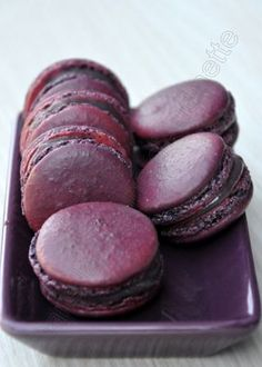 Macarons au cassis – Dans la cuisine d'Audinette I regularly give macaroon lessons. Purple Food, French Macaroons, Sweet Tooth, Sweet Treats, Food And Drink, Cooking Recipes, Chocolate, Baking, Burgundy