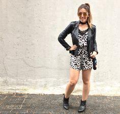 Look com macaquinho floral, jaqueta de couro e botas de cano curto. Chocker @interiorbijus!