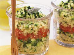 Couscoussalat mit Tomate und Zucchini - im Glas geschichtet perfekt zum Lunch oder als Party-Food   Hier geht`s zum Rezept: http://eatsmarter.de/rezepte/couscoussalat-mit-tomate-und-zucchini