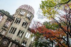 Mémorial de la Paix, ou Dôme de Genbaku, l'un des uniques bâtiments restés debouts après la bombe atomique lâchée sur Hiroshima le 06 août 1945. 75000 personnes furent tuées sur le coup, et environ 250000 au total. Il ne resta aucune trace des habitants dans un périmètre de 500 mètres autour de l'explosion... Japon © Clément Racineux / Tonton Photo