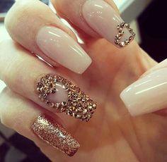 Corazón dorado uñas nails