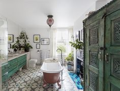 The London Home of Swedish Interior Designer Lotta Cole. Bathroom of dreams! Bathroom Styling, Bathroom Interior, Spa Interior, Beautiful Bathrooms, Beautiful Interiors, Swedish Interiors, Interior Design, House Interior, Eclectic Bathroom
