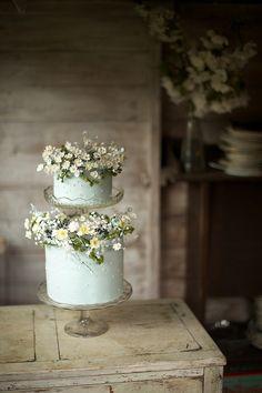 Blue daisy cake by Amy Swann Cakes #weddingcake #floral #blue