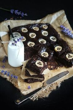 Fit Brownie chic com banana Gluten Free Desserts, Sweets Recipes, Cake Recipes, Healthy Sweets, Healthy Baking, Healthy Food, Brownies, Eat Happy, Sweets Cake