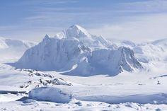 La calotta glaciale antartica è la più grande massa singola di ghiaccio della Terra. Copre un'area di quasi 14 milioni di km² e contiene approssimativamente 30 milioni di km³ di ghiaccio. Circa il 90% dell'acqua dolce del pianeta è contenuto nella sua calotta glaciale che, se si sciogliesse, causerebbe un innalzamento del livello del mare di 61,1m.