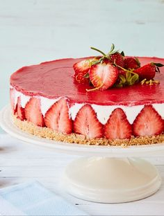 Strawberry cream cheese cake with biscuit base- Erdbeer-Frischkäse-Torte mit Keksboden A creamy cake with fresh, sweet strawberries and a crunchy-crumbly biscuit base. No matter where you bring this cake, everyone will be thrilled. Dessert Oreo, Dessert Cake Recipes, Easy Cake Recipes, Healthy Dessert Recipes, Health Desserts, Cookie Recipes, Baking Recipes, Easy Strawberry Desserts, Quick Easy Desserts