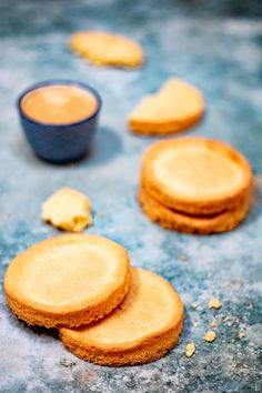 The shortbread Breton Cyril Lignac. A shortbread biscuit recipe with textured . Shortbread Biscuits, Biscuit Recipe, Cookies Et Biscuits, Naan, Dessert Bread, Dessert Recipes, Beste Burger, Healthy Banana Bread, Burger Buns