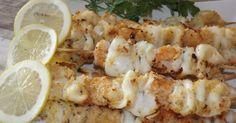 Ingredienti: 1 kg di calamari freschi 300 gr di gamberi pane grattugiato sale pepe prezzemolo aglio rosmarino olio extra vergine ...