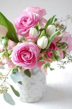 Pivoines rose vif, Tulipes blches, Lisanthius (?) blc et rose pâle, Eucalyptus à graines <3