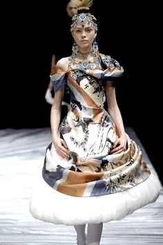 Alexander McQueen Fall 2008 Ready-to-Wear. Model: Siri Tollerød