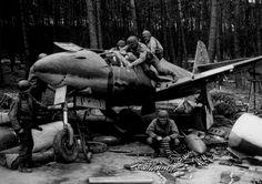 Me 262 entdeckt:  Amerikanische Soldaten begutachten am 17. April 1945 ihren...