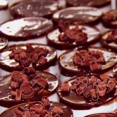 Mini Francês: Creme de baunilha intercalado com biscoito tipo Maria, cobertura de chocolate e rolinhos de chocolate ao leite e chocolate branco. #DiNorma #pie #instagood #photooftheday