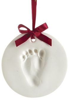 Looking for the most perfect holiday gift for new babies and new moms? Look no further than this babyprints ornament from Pearhead. An easy way to make a beautiful keepsake with handprints or footprints. Perfect to display in the nursery, on the family photo wall, or on the Christmas tree.