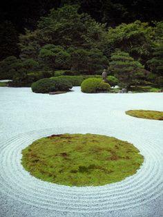 Circular shapes incorporated Into the zen garden?   Zen Buddhist temple garden