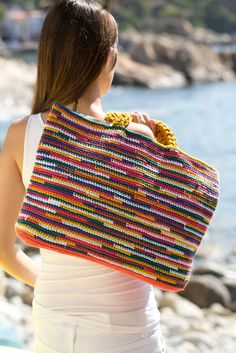 Summer Crochet Bag - Free Crochet Pattern - Pattern In Spanish Crochet Tote, Crochet Handbags, Crochet Purses, Love Crochet, Beautiful Crochet, Crochet Crafts, Crochet Stitches, Knit Crochet, Crochet Patterns