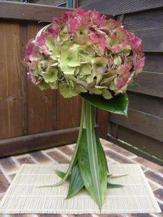 Art+deco+flower+arrangement | Collonsautour de la bouteille les feuilles d'aspidistra et de phornium ...