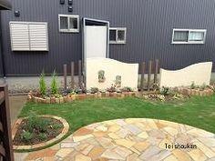 曲線のかわいらしい花壇と広い芝生のお庭:長岡市M様邸 - 新潟市・長岡市・上越市|エクステリア工房庭匠館|外構・庭工事
