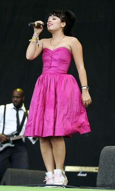 Lily Allen At Glastonbury Festival, June 2007 Fancy Dress, Strapless Dress Formal, Prom Dresses, Celebrity Fashion Looks, Celebrity Style, Stage Outfit, Lilly Allen, Quirky Fashion, Queen