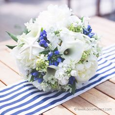 Brautstrauß MARINE rund aus Saisonblumen - Blau/Weiß [kau