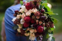 O varianta foarte buna pentru o sedinta foto in ziua cununiei, este Gradina Botanica. O locatie plina de verdeata, cu locuri frumoase, nu toate, dar multe dintre ele sunt interesante. Mai mult de atat sunt multe locuri care, in timpul saptamanii, sunt ferite de ochii privitorilor.  Cununie civila Civil Wedding Dress Civil Wedding Bouquet Buchet Mireasa Bride Photoshoot Buchet Cununie Civila Rochie Cununie Civila Colorful Bridal Bouquet Red Roses City Hall Wedding, Civil Ceremony, Georgia, Bouquet, Fruit, Plants, Fotografia, Registry Office Wedding, Bouquet Of Flowers