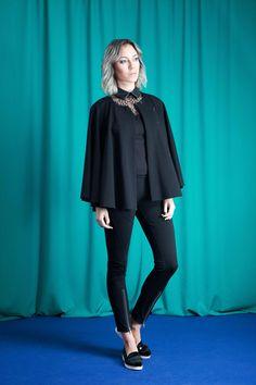 Cape im asymmetrischen Schnitt aus Jersey - faire Mode aus Deutschland von House of Wolf - Made in Germany | elegante Jacke zum Abendkleid, garderobe Damen elegant, faires Modelabel aus Bayern